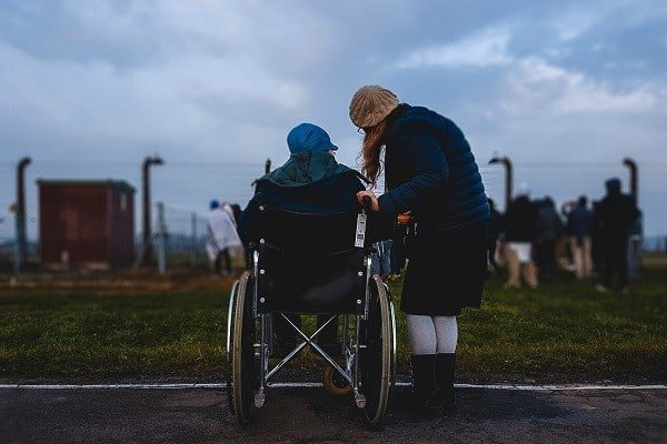 Praca opiekuna osób starszych na wózkach inwalidzkich - jak wygląda?